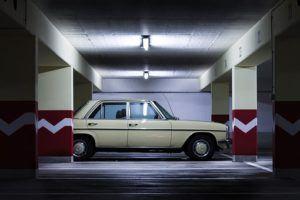 CO-Melder in der Garage mit vielen Autos