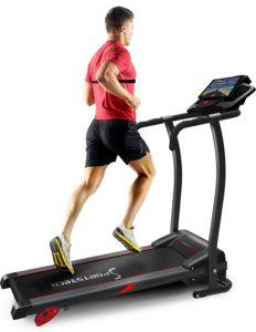 Ein Mann läuft auf einem Elektrischen Laufband