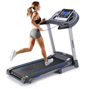 Mädchen läuft auf das Elektrisches Laufband