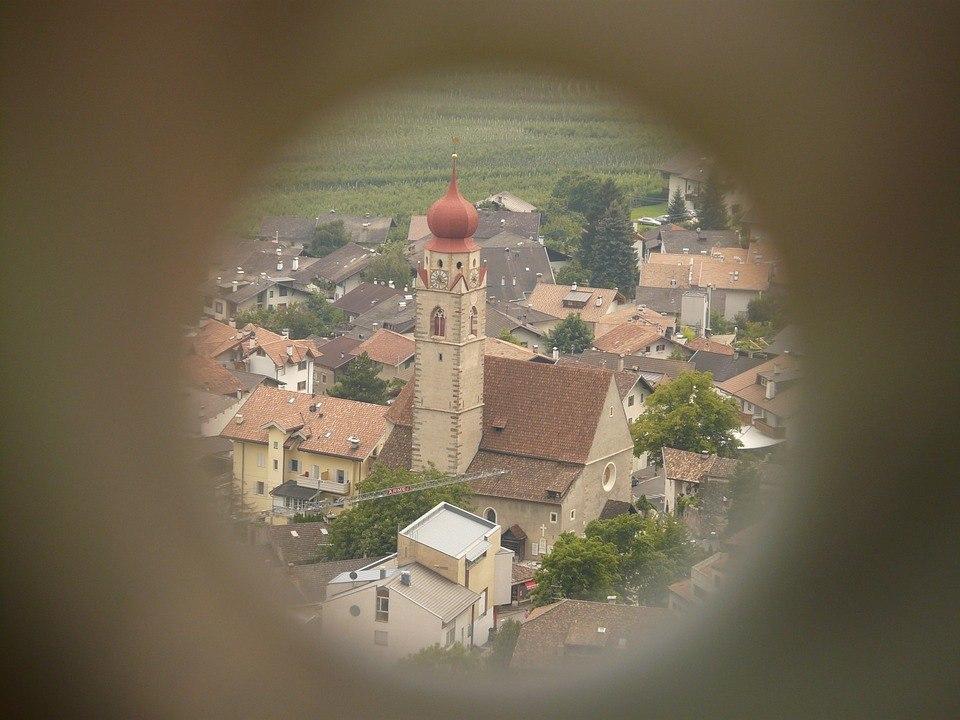 Fernrohr Test - Blick auf die weit entfernte Kirche durch das Fernrohr
