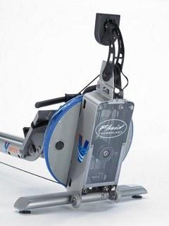 Das First Degree Fitness Rudergerät Vortex VX-2 kann dank seiner langen Sitzschiene auch von größeren Sportlern verwendet werden test