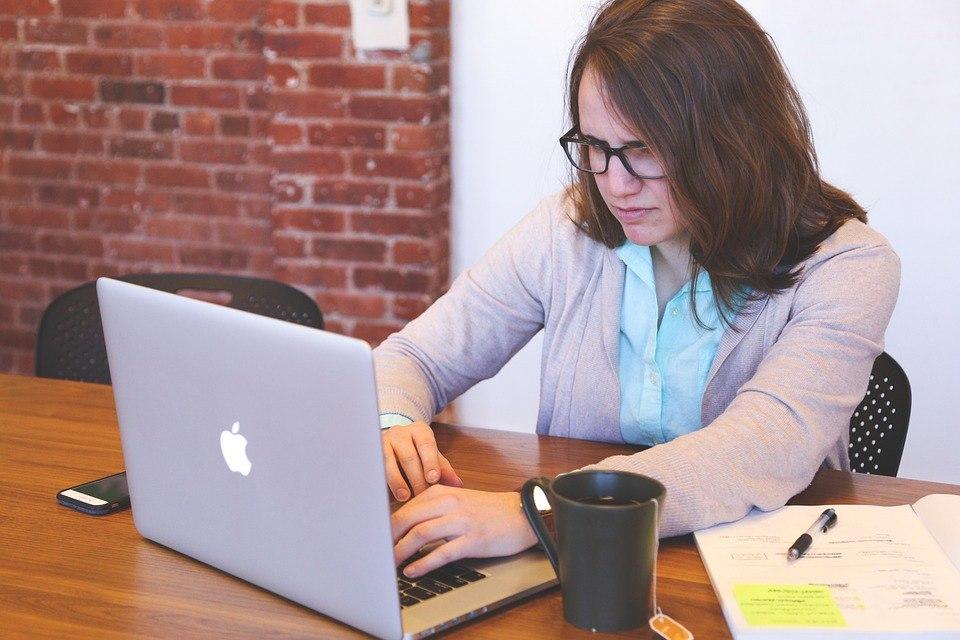 Frau bestellt online im Surround System Test