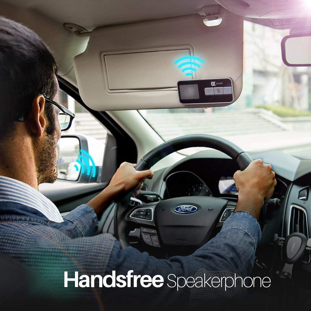 Freisprecheinrichtung Test - der Mann testet die Bluetooth Verbindung
