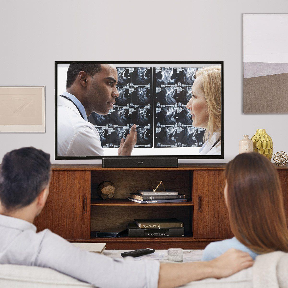 Mann und Frau schauen fern mit dem Heimkino Bose Solo 5