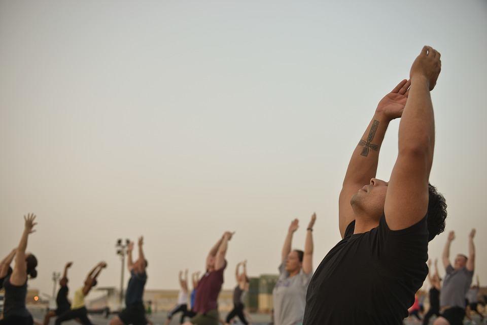 Online Fitness Studio Mybod-E Test - die Menschen trainieren sich auf der frischen Luft