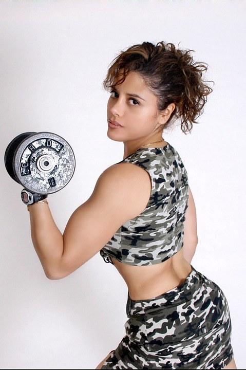 Online Fitness Studio Mybod-E Test - die Frau mit der Hantel