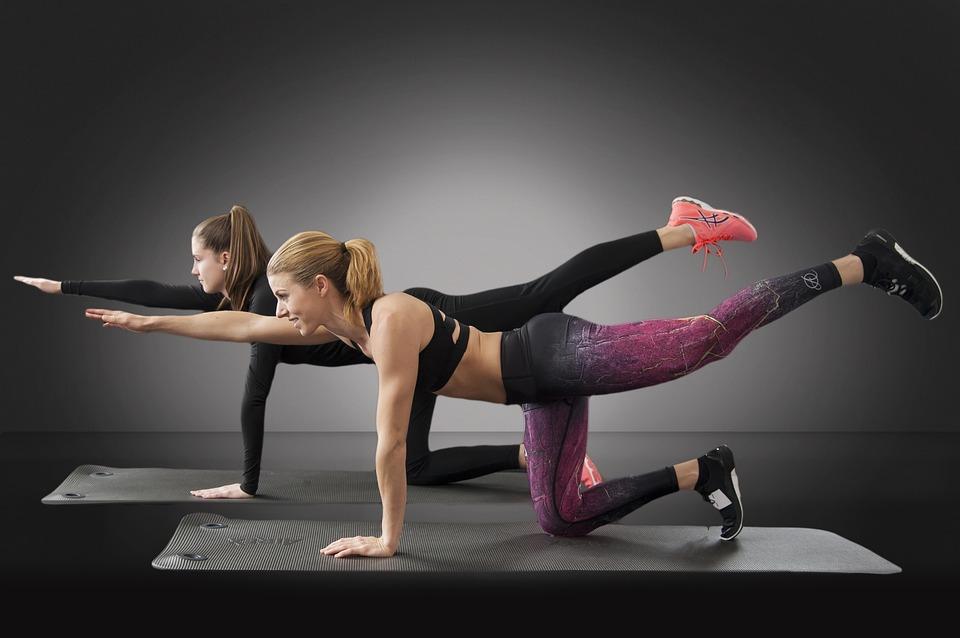 """Online Fitness Studio Purlife Test - zwei Frauen trainieren sich nach einem """"All in one Programm"""""""