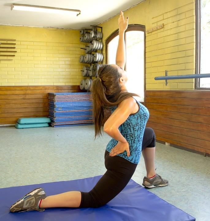 Online Fitness Studio Purlife Test - die Frau macht fitness Übungen