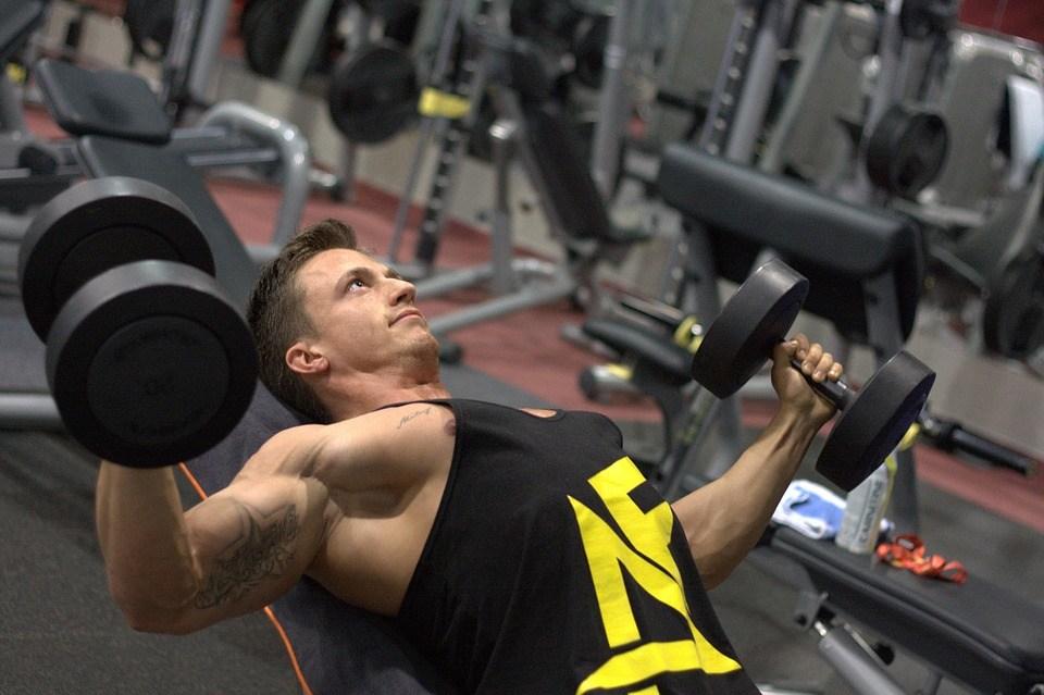 Online Fitness Studio Purlife Test - der Mann trainiert sich im Fitnessstudio
