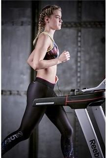 Ein Mädchen testet das Laufband von Reebok