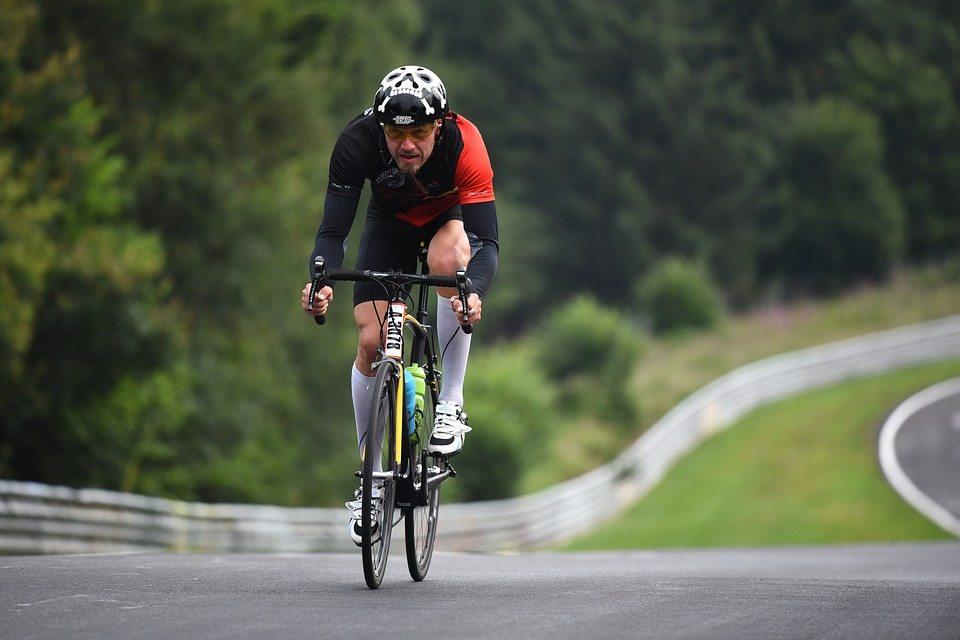 Rennrad Test - der Mann fährt auf einem Rennrad