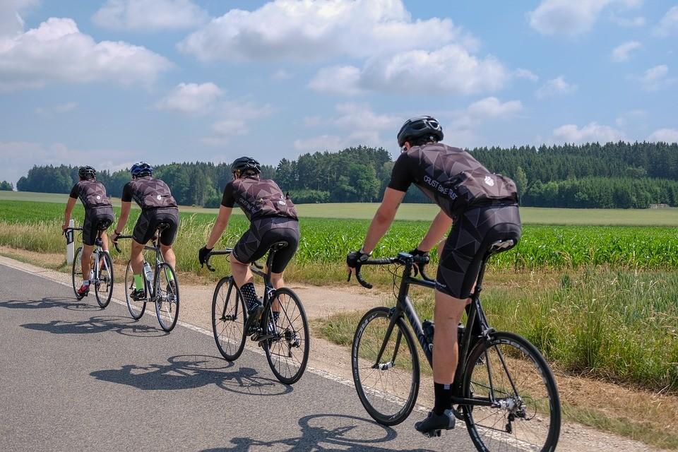 Rennrad Test - vier Sportler fahren auf den Rennrädern