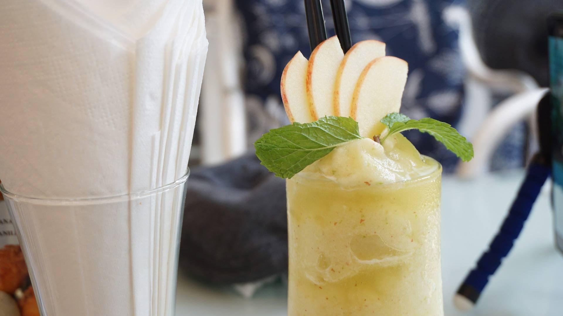 smoothie mit stabmixer vorbereitet
