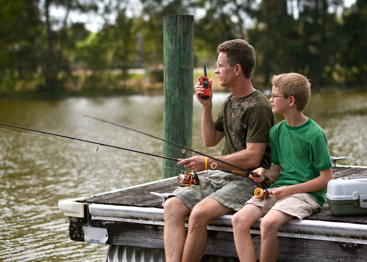 Walkie-talkie Test - Vater und Sohn verwenden Walkie-talkie beim Angeln
