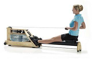 Eine Frau testet das Water Rower A1 ESCHE Rudergerät