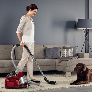 Frau saugt Teppich mit dem AEG LX7-2-CR-A Animal beutelloser Staubsauger im Test