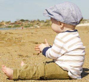 Baby Spielt mit Sand - Verschmutzungen und Bakterien