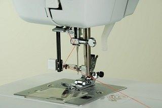 Die Carina Premium Nähmaschine arbeitet sehr leise und präzise im Test
