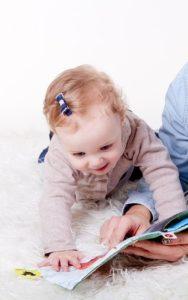 Ein Baby lernt und entdeckt