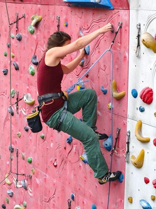 Kletterschuh Test - die Frau testet die Kletterschuhe an der Kletterwand