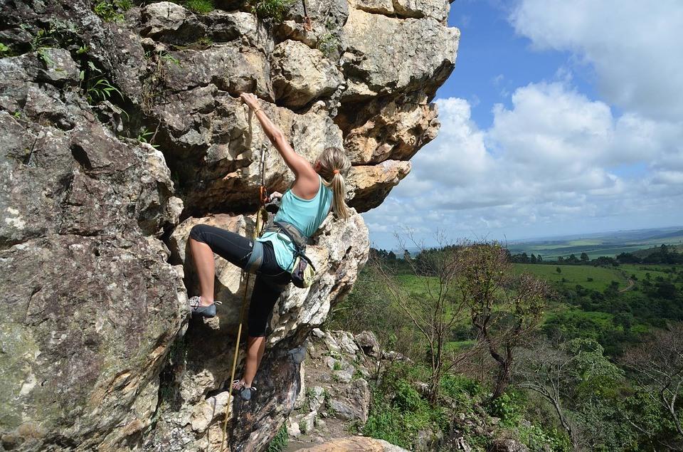 Kletterschuh Test - die Frau testet die Kletterschuhe auf dem Felsen