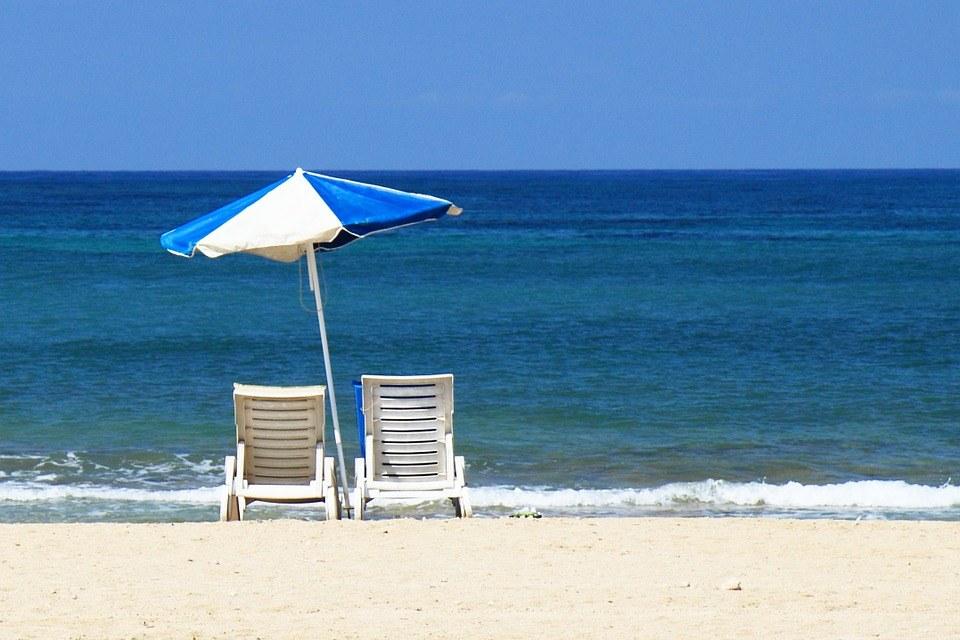 Sonnenschirm Test - der Sonnenschirm steht am Strand