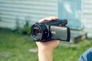 Der Sony FDR-AX53 4K Ultra HD Camcorder im Hand im Test