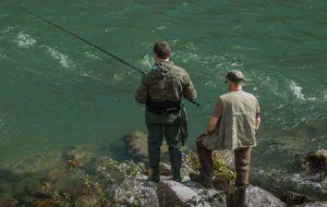 Männer angeln im Angelrollen Test