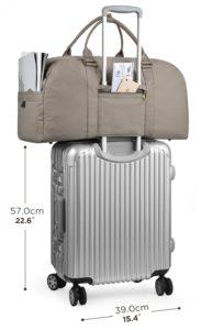 Mit einem Weekender und Koffer auf Reisen gehen.