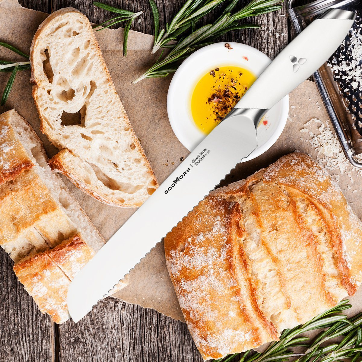 Brotmesser Test - Brotmesser mit dem Wellenschliff auf dem Schneidebrett