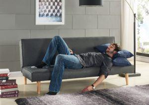 Man auf Couch von EBS im Test
