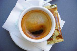 Fertiger Espresso Crema aus der Espressomaschine mit Siebträger
