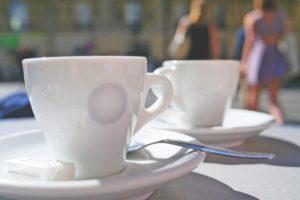 Espressotassen für die Espressomaschine mit Siebträger in der Sonne