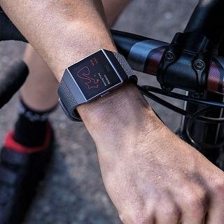 Die Fitbit Ionic Health & Fitness Smartwatch wird von einem Mann getestet