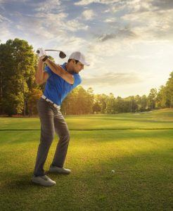 Golfspieler trägt den Garmin vivoactive Aktivitätstracker im Test von ExpertenTesten.de