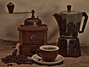 Ansicht von Vintage Kaffeekanne und Mahlwerk mit Kaffeetasse im Filterkaffeemaschine Test