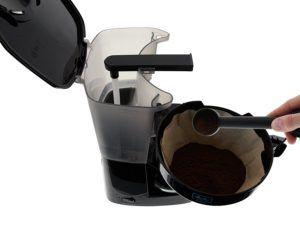 Filtertüte und Dosierlöffel von Melitta Easy 1010-02 im Filterkaffeemaschine Test