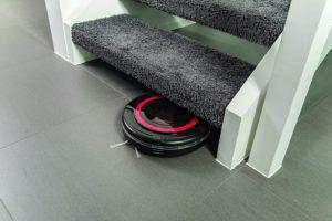 Vileda VR301 Saugroboter wischt unter Treppe im Test