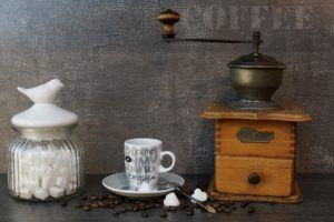 Vintage Espressomaschine mit Siebträger mit alter Kaffeemühle