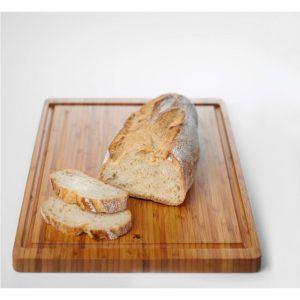 Holzbrett beim Brot schneiden im Test