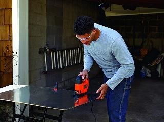 Bei Arbeiten mit materialbedingt höherem Spanauswurf kann an die KS701SEK eine externe Staubabsaugung angeschlossen werden Test