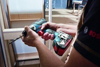 Bosch Professional 18V Akkuschrauber GSR in der Hand im Test