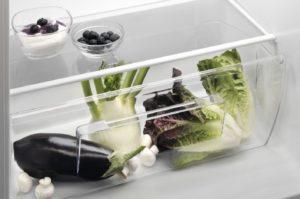 das einordnen von Lebensmitteln in einer Gefrierkombination im Test