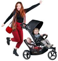 Mutter und zwei Kinder im Phil und Teds Geschwister-Kinderwagen