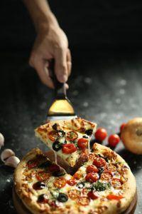 Pizza in einer Friteuse ohne Fett zubereiten