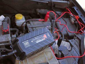 angeschlossenes Autobatterie ladegerät