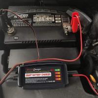 Die Autobatterie mit einem Ladegerät aufladen