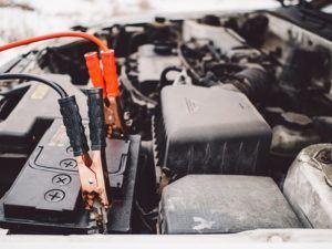 Kabel an der Autobatterie