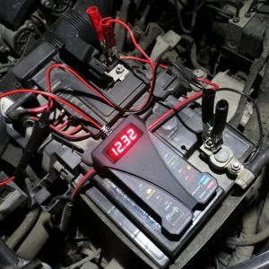 angeschlossener Autobatterie-Tester