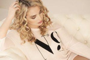 Frau mit blonden Locken